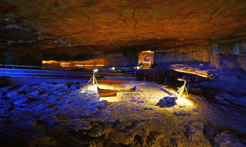 Fouilles dans les grottes d'Altamira