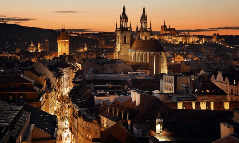 Vue panoramique de Prague de nuit