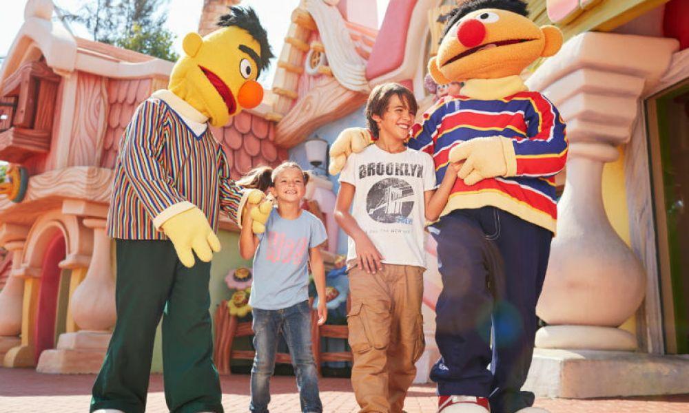 Avec les personnages du parc pour enfants