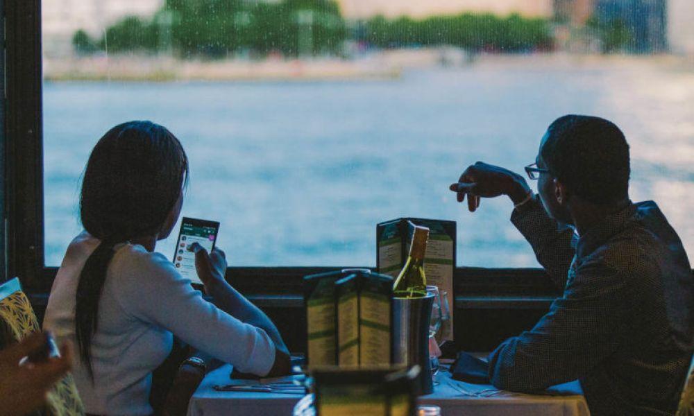 Contemplez la vue depuis le bateau