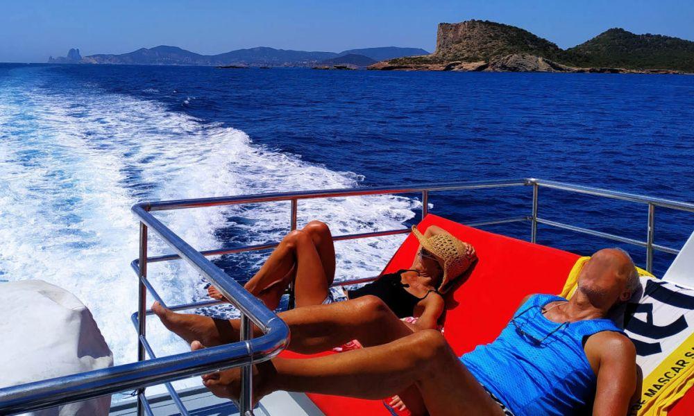 Prendre le soleil sur le bateau
