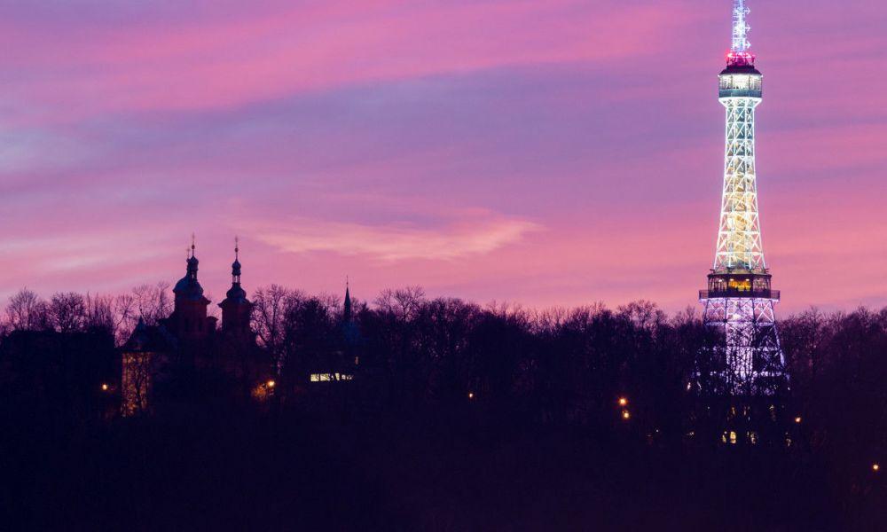 Tour de Petřín à la tombée de la nuit