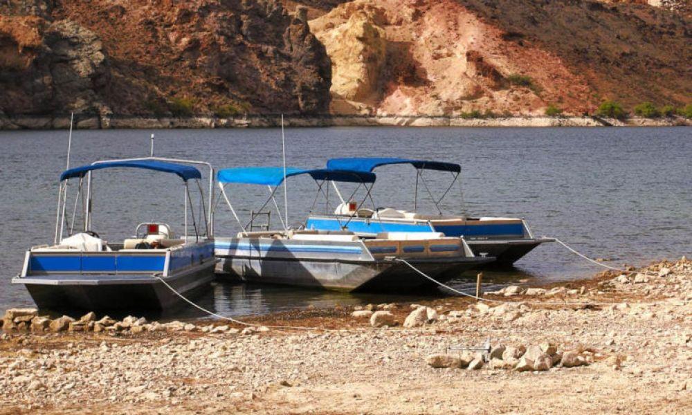 Bateaux ancrés sur les rives du fleuve Colorado