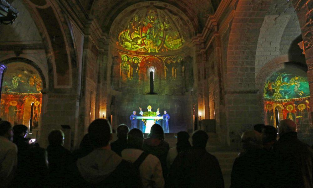 Une projection sur l'autel du monastère