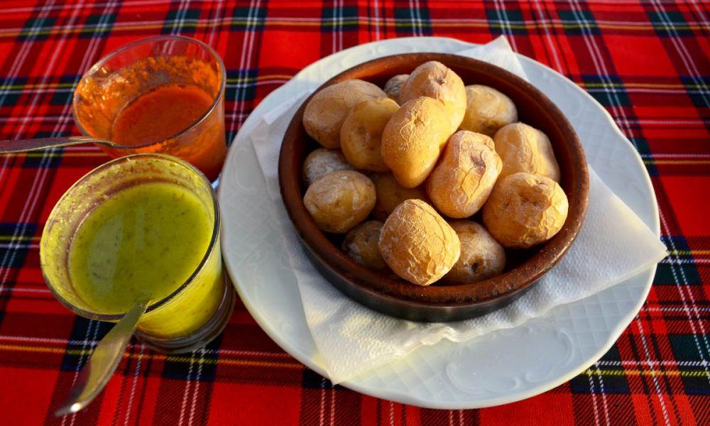 Plat de pommes de terre fripées au mojo