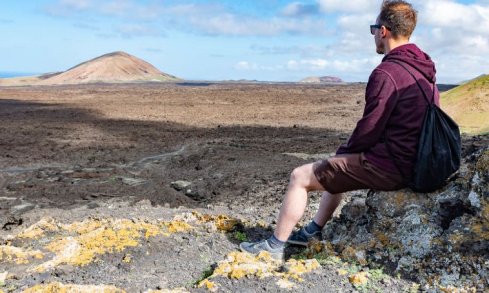Contemplation des paysages volcaniques de Lanzarote
