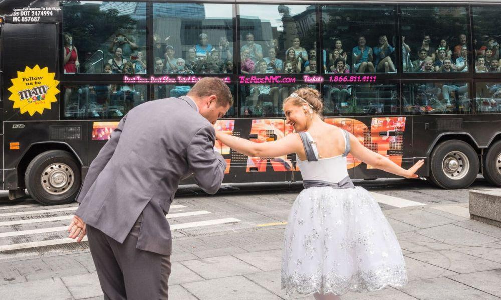Spectacle de ballet en face du bus