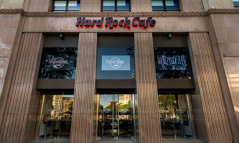 En face de la façade du Hard Rock
