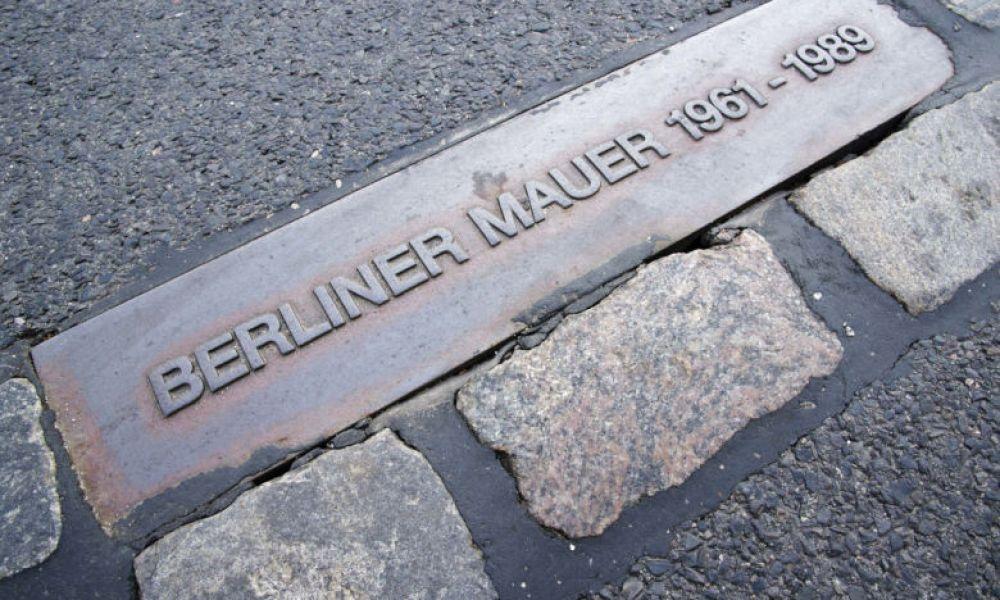 Une plaque commémorative du mur de Berlin