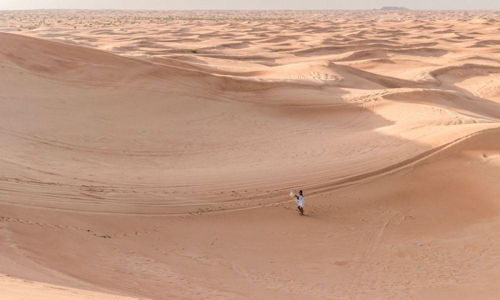 Sandboard dans le désert de Dubaï