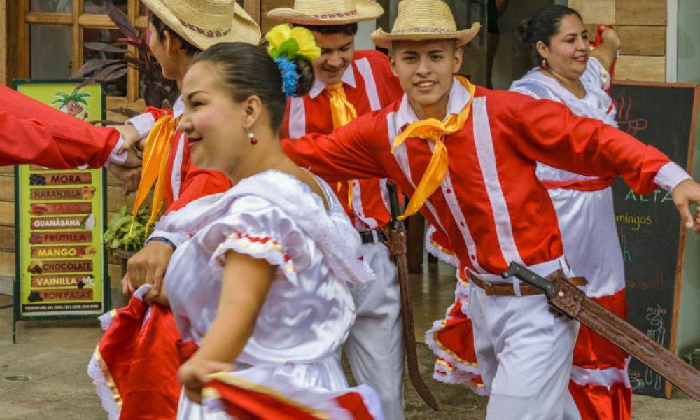 Danse dans la gare de Bucay