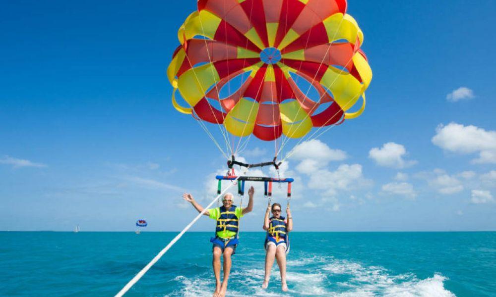 S'amuser pendant la session de parachute ascensionnel à Salou