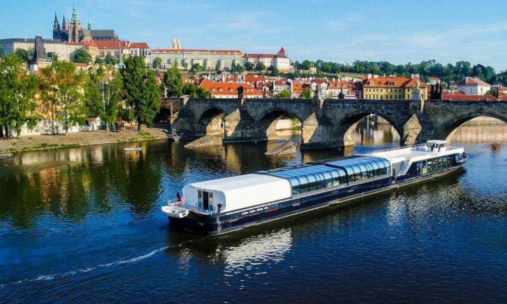 Navigation sur le Moldau passant par Prague