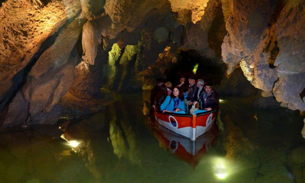 Parcourir les grottes en bateau