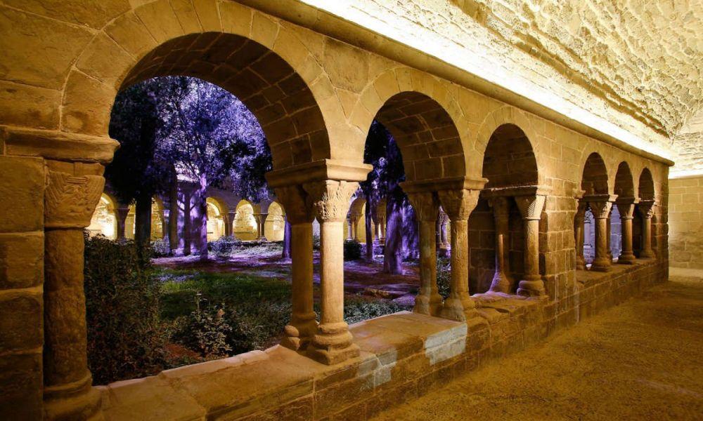 Le cloître du monastère illuminé
