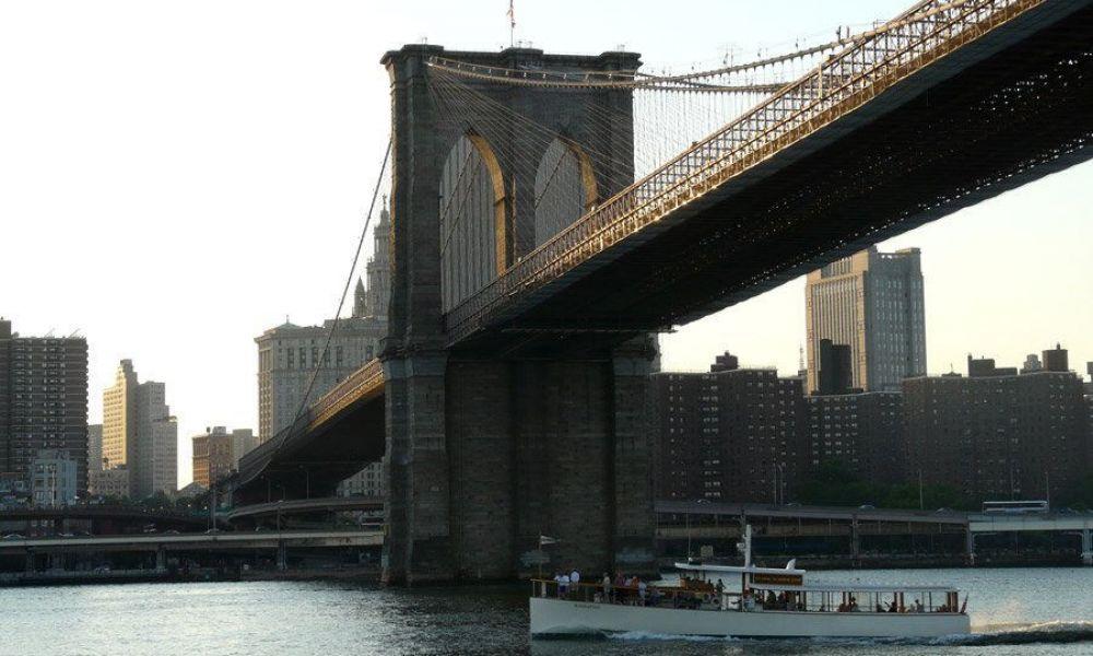 Le pont de Brooklyn avec le quartier de Dumbo en arrière-plan