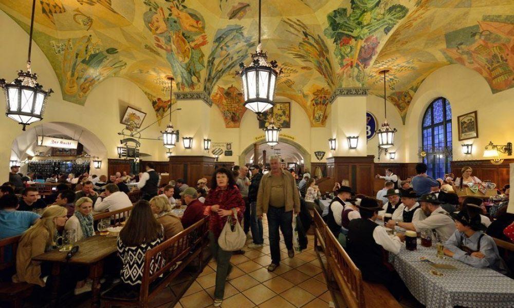 L'intérieur de la brasserie Hofbräuhaus