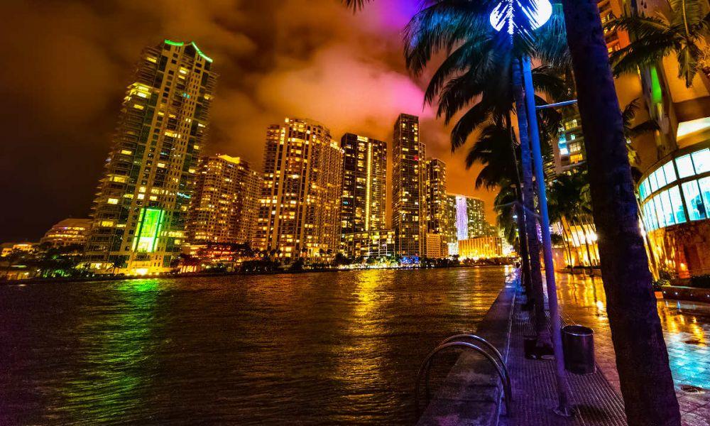 Le fleuve de Miami à la tombée de la nuit