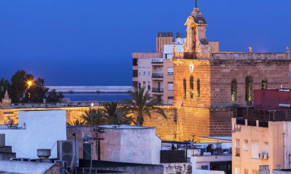 La cathédrale d'Almería à la tombée de la nuit