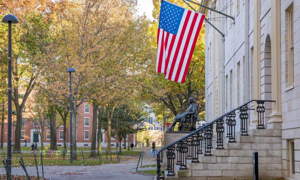 La statue de John Harvard dans le campus